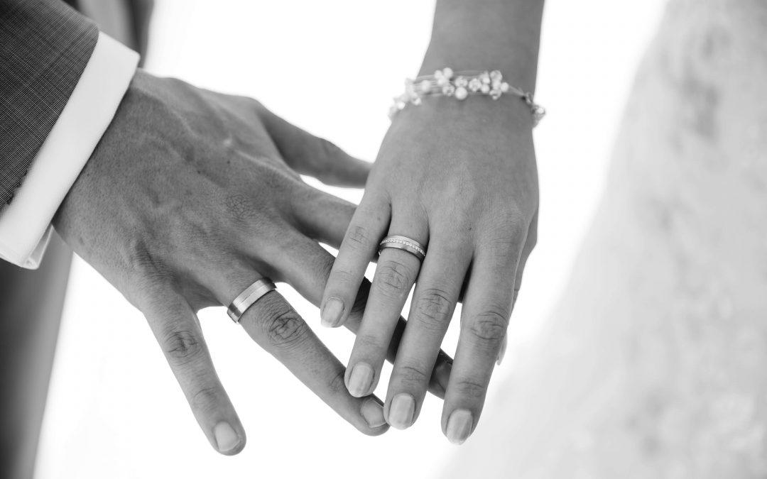 Aan welke hand draag je jouw trouwring: Links of rechts?